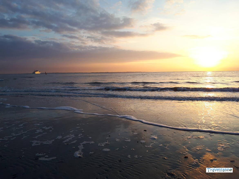 Die Abendfähre von Norderney zum Festland im Sonnenuntergang