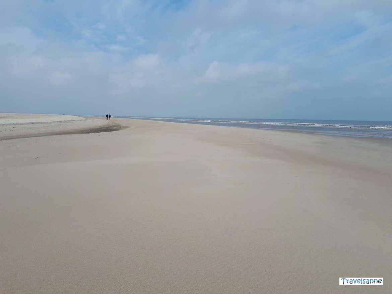 Unberührte Natur: Wanderung am endlosen Sandstrand von Norderney