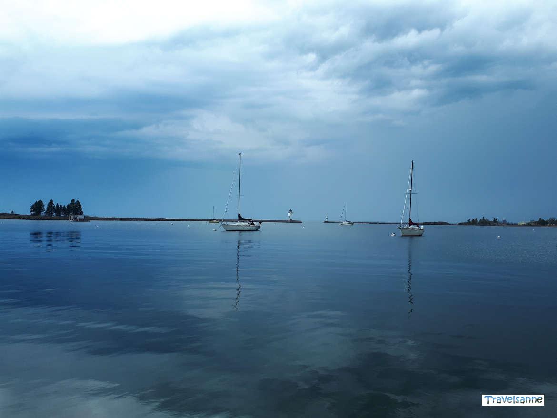 Gewitterwolken über dem Hafen von Grand Marais am Lake Superior