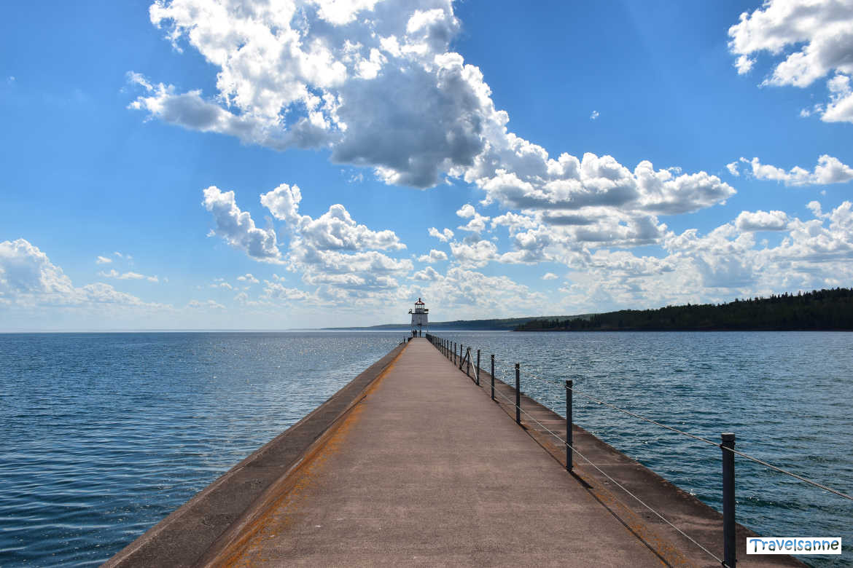 Wolkenspiel über dem Leuchtturm von Two Harbors am Oberen See