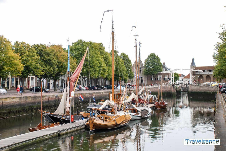 Segelboote im kleinen Hafen von Zierikzee, Holland