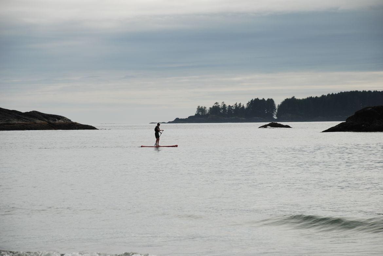 Stand Up Paddling mit Teenagern auf Vancouver Island, BC, Westkanada