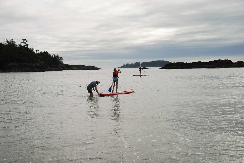 Familie beim Stand Up Paddling am MacKenzie Beach auf Vancouver Island