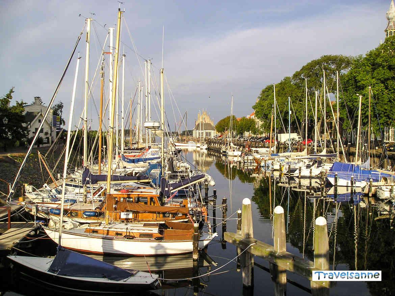 Segelboote im Hafen des malerischen Städtchens Veere