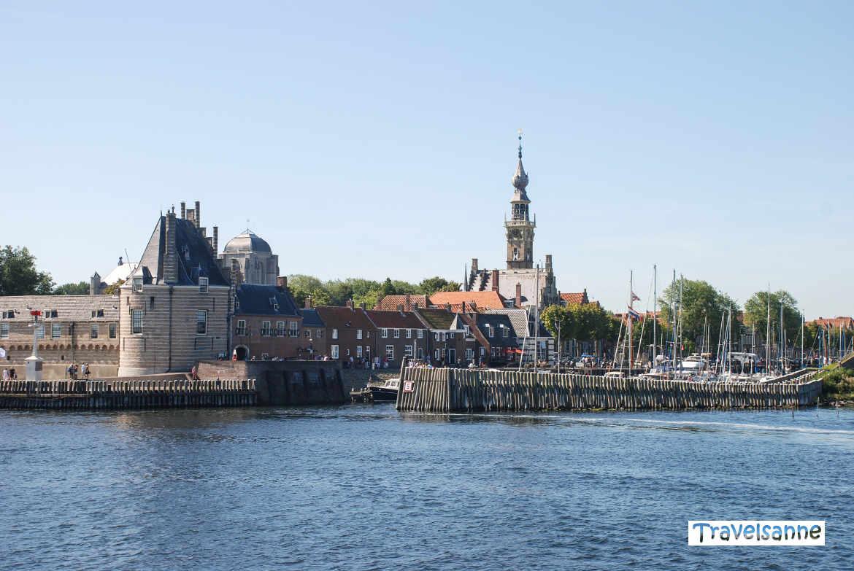 """Veere in Zeeland mit dem """"Campveerse Toren"""" vom Veerse Meer aus"""