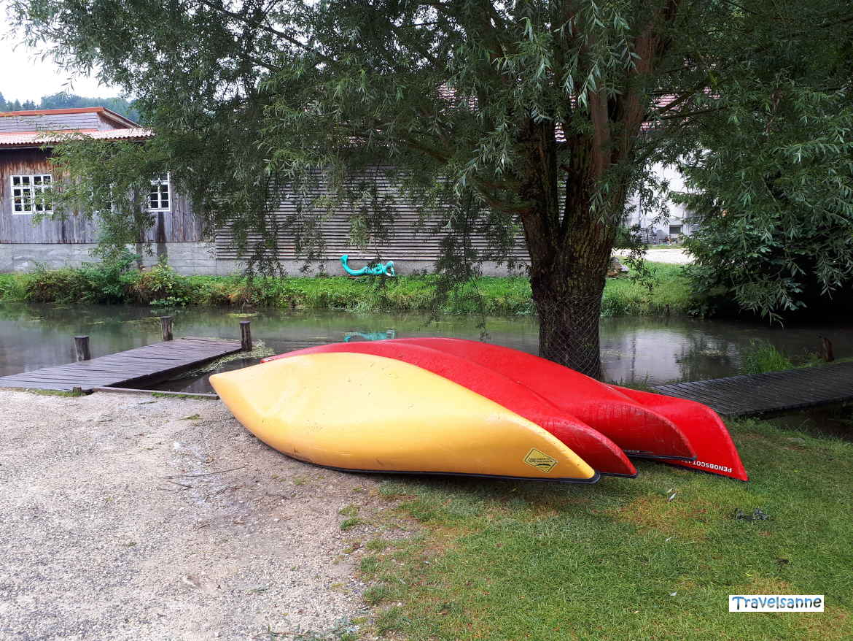 Kanus am Bootssteg im Großen Lautertal