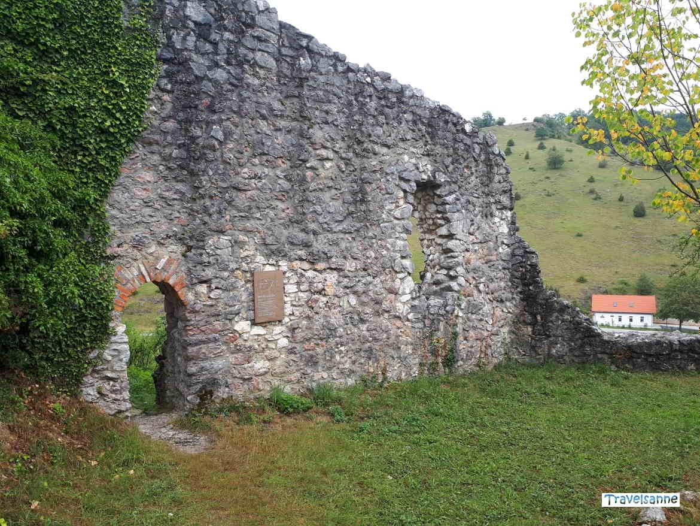 Auf der Burgruine hoch über Bichishausen im Großen Lautertal