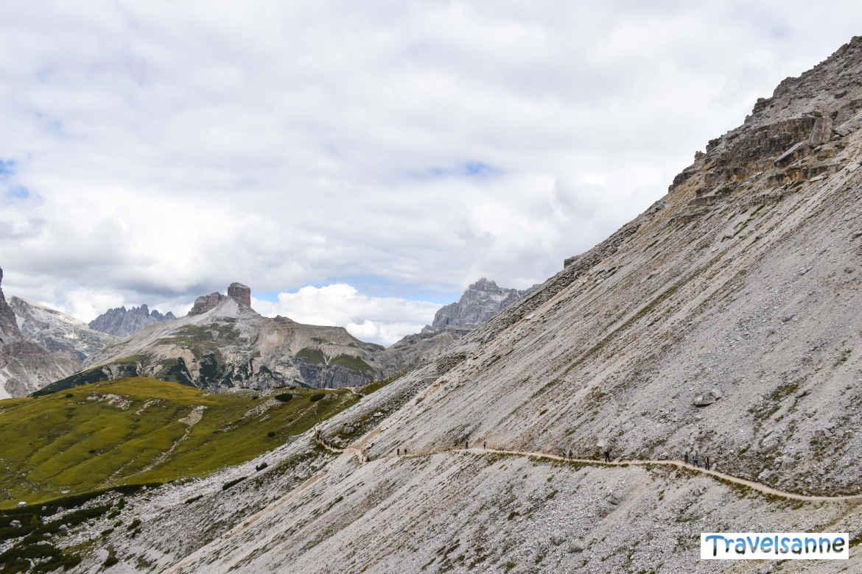 Querung eines steil abfallenden Geröllfelds bei der Drei Zinnen Wanderung