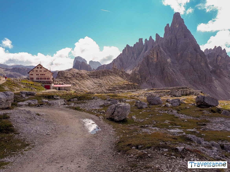 Blick zurück auf die Dreizinnenhütte in den Sextner Dolomiten