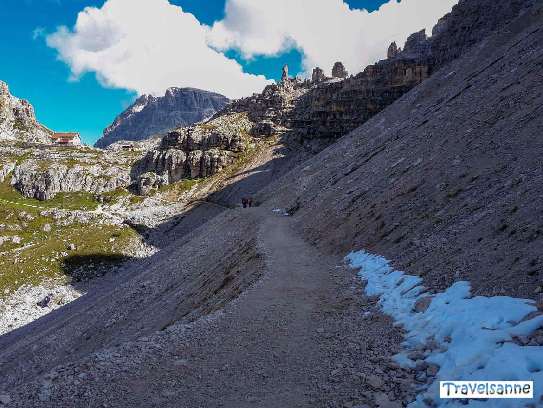 Neuschneereste auf dem Weg entlang des Paternkofels zur Dreizinnenhütte