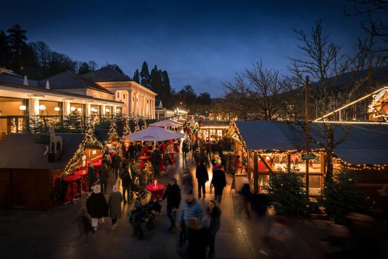 Der Baden-Badener Christkindelsmarkt vor dem Kurhaus