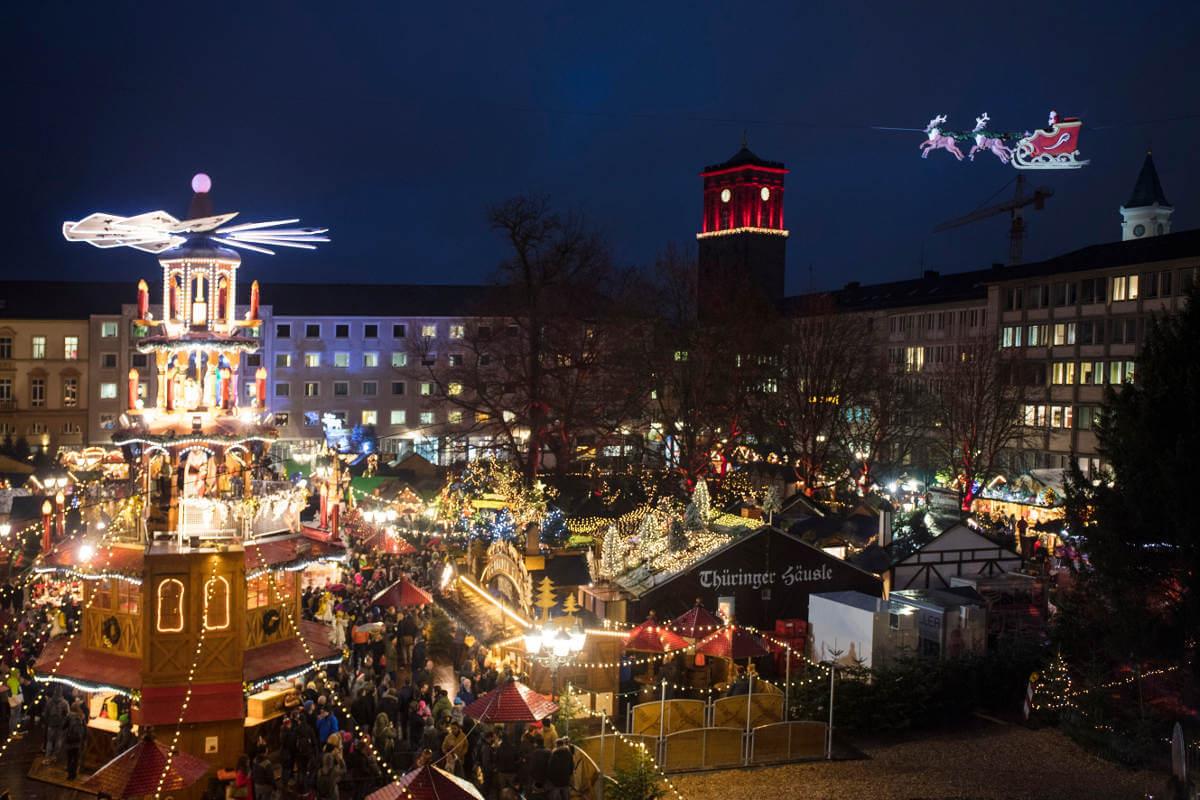 Der Karlsruher Christkindlesmarkt mit dem fliegenden Weihnachtsmann