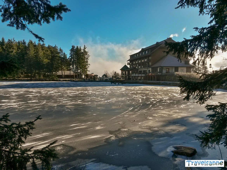 Spaziergang um den zugefrorenen Mummelsee im Schwarzwald