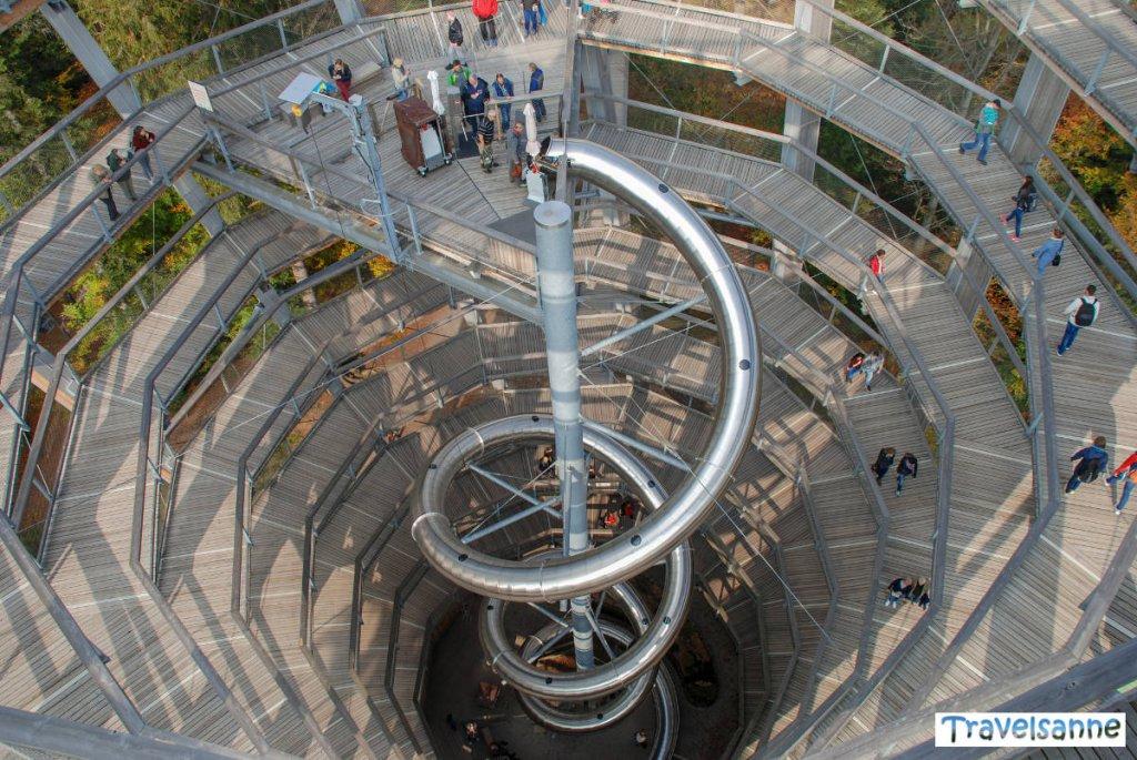 Blick ins Innere des Aussichtsturms im Bad Wildbader Baumwipfelpfad