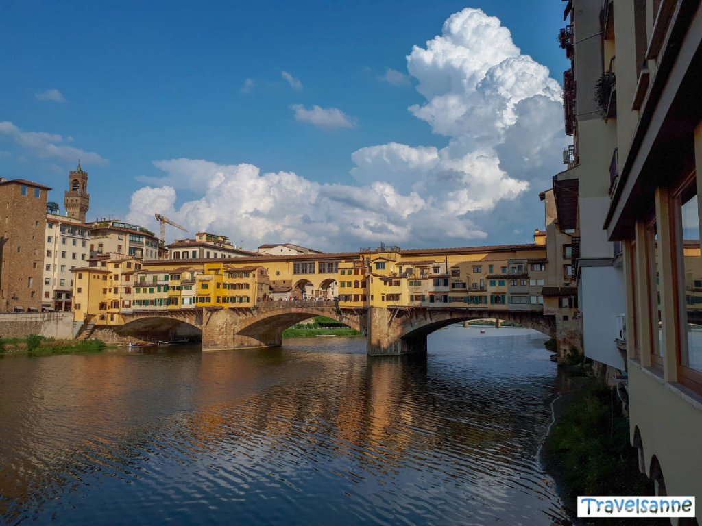 Blick auf die berühmte Ponte Vecchio in Florenz