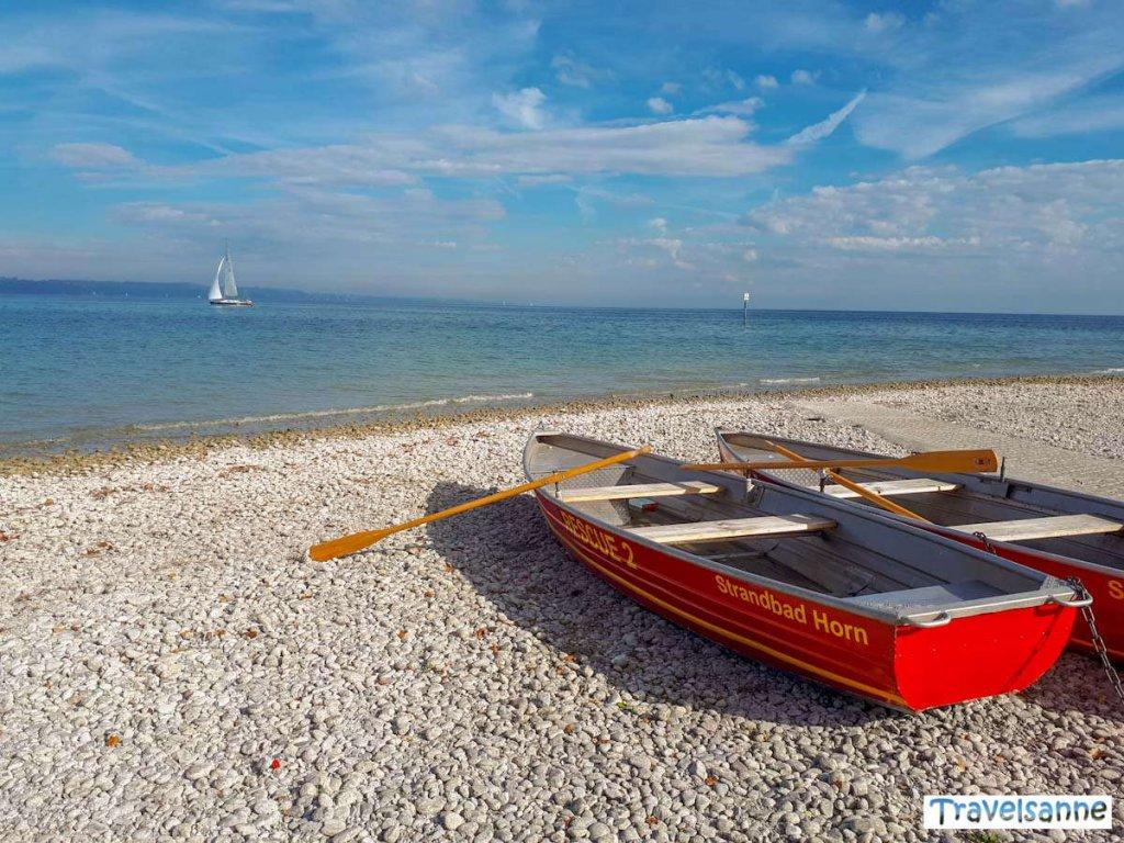 Signalrote Rettungsboote am Strandbad Horn in Konstanz am Bodensee
