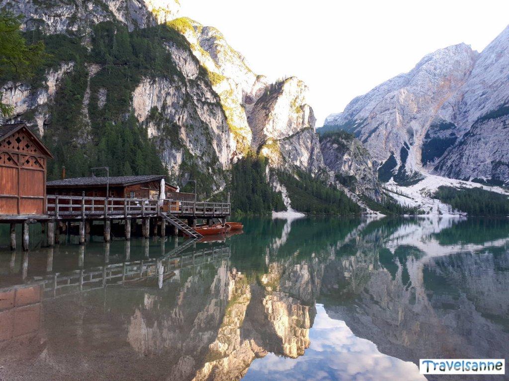 Perfekte Spiegelung der Bergkulisse im Pragser Wildsee