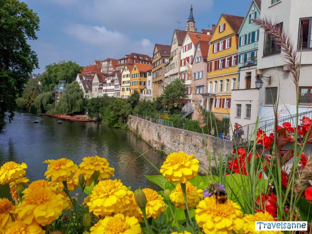 Blick von der Neckarbrücke auf die Tübinger Altstadt
