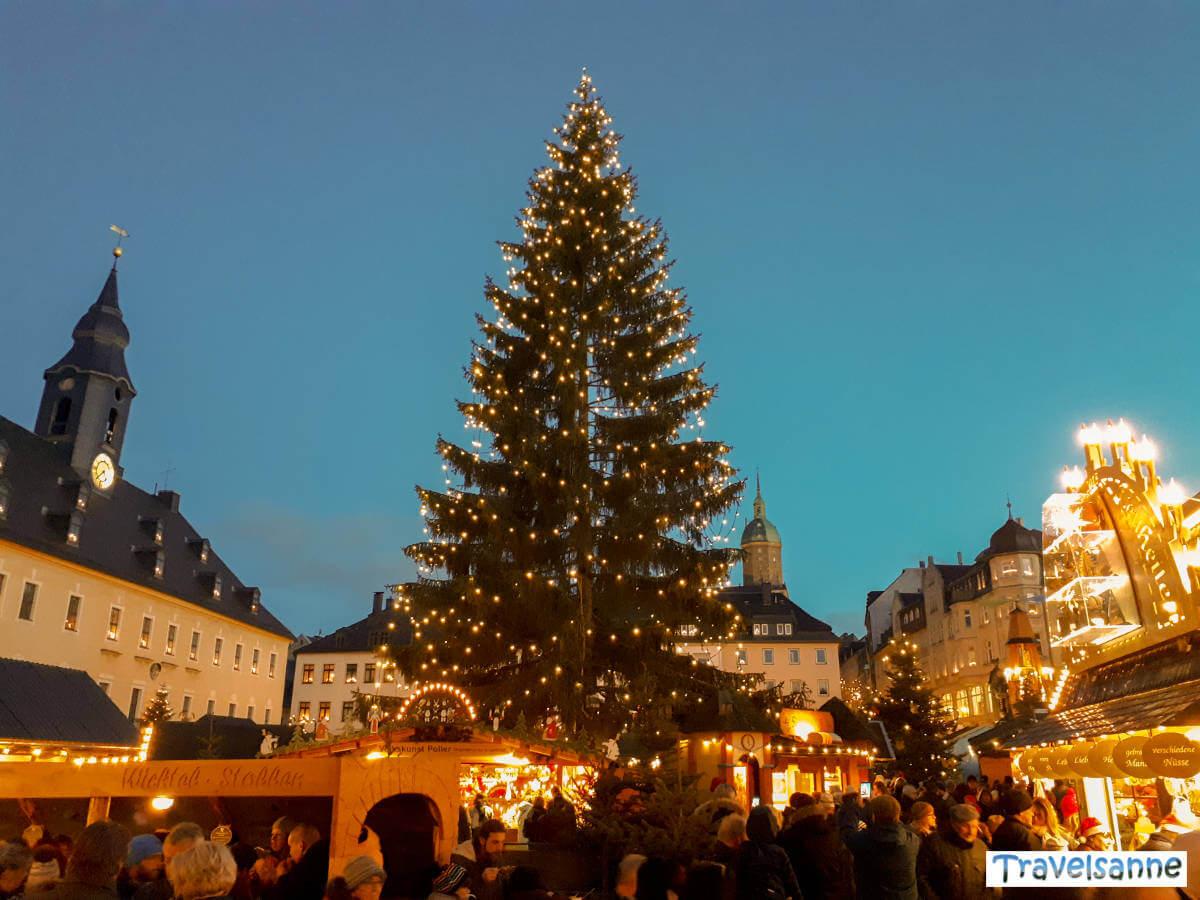 Der gigantische Christbaum auf dem Weihnachtsmarkt in Annaberg-Buchholz im Erzgebirge