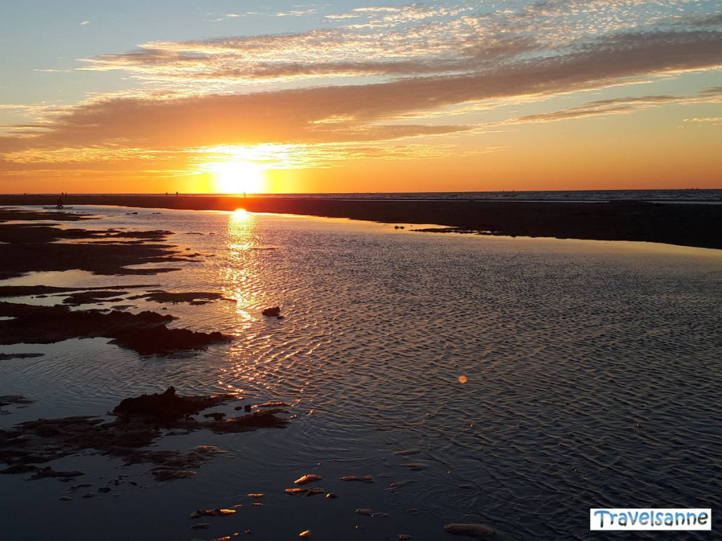 Traumschöner Sonnenuntergang an der niederländischen Küste