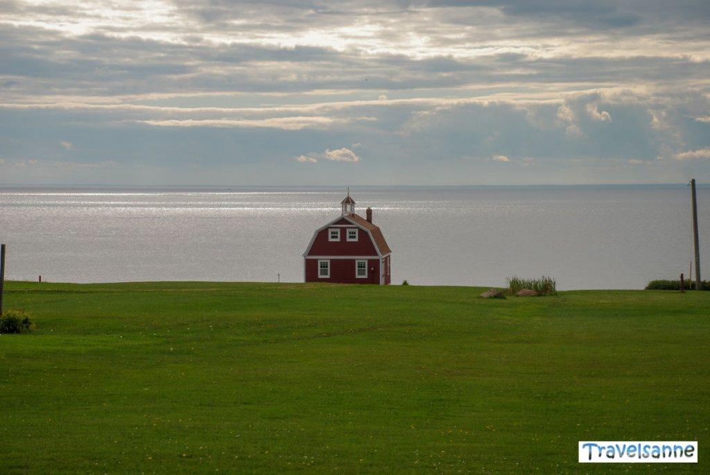 Typische PEI-Idylle: Rote Häuser, grüne Wiesen und das atemberaubend blaue Meer