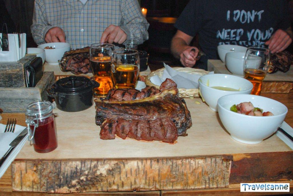 Typisches Abendessen in Lappland: Rentierrücken