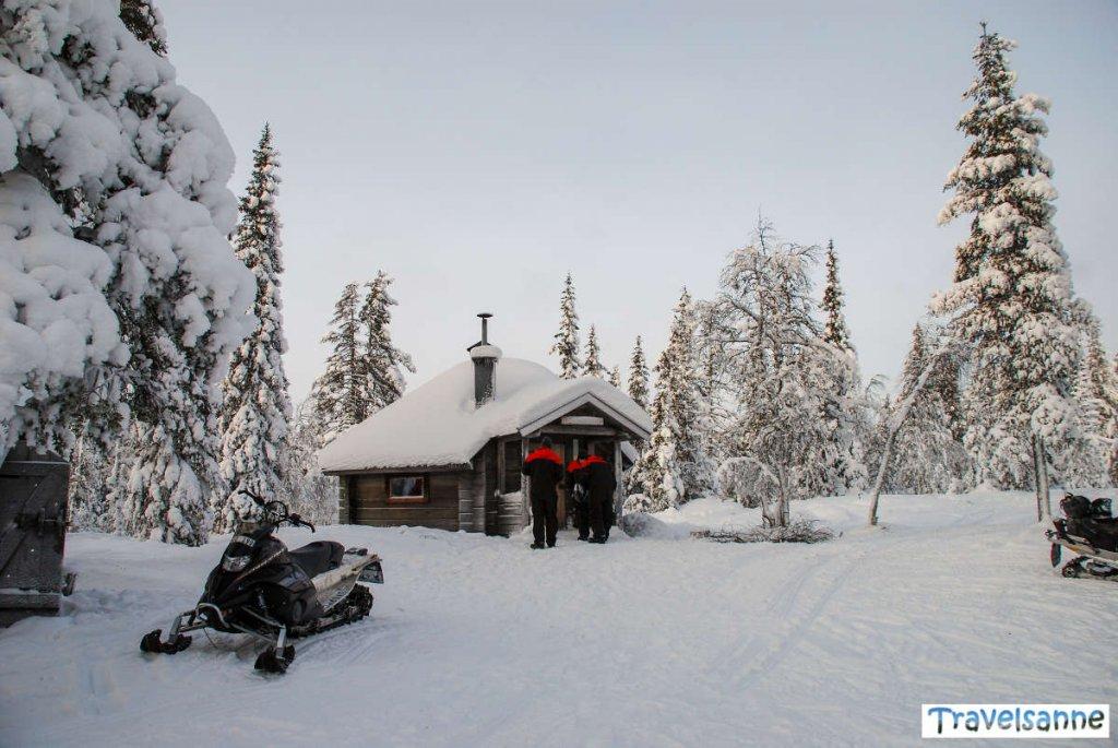Mittagspause im Blockhaus mitten im tiefverschneiten Wald