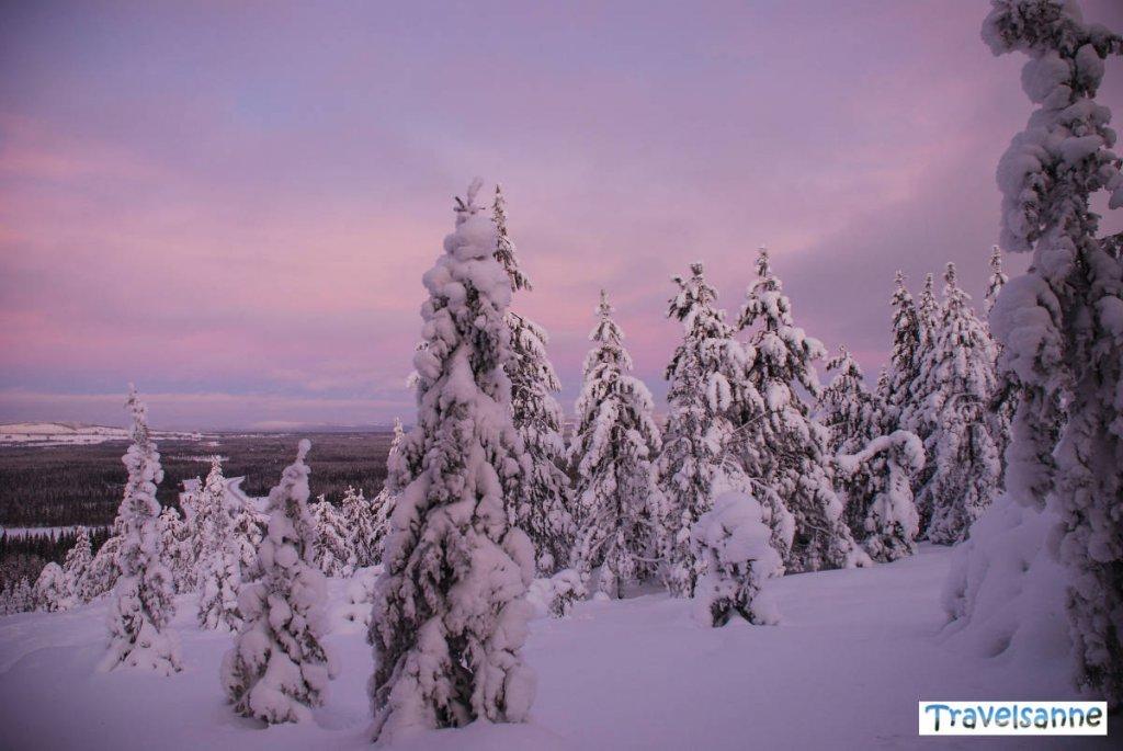 Atemberaubende Ausblicke auf die Märchenlandschaft von Schwedisch Lappland im Winter