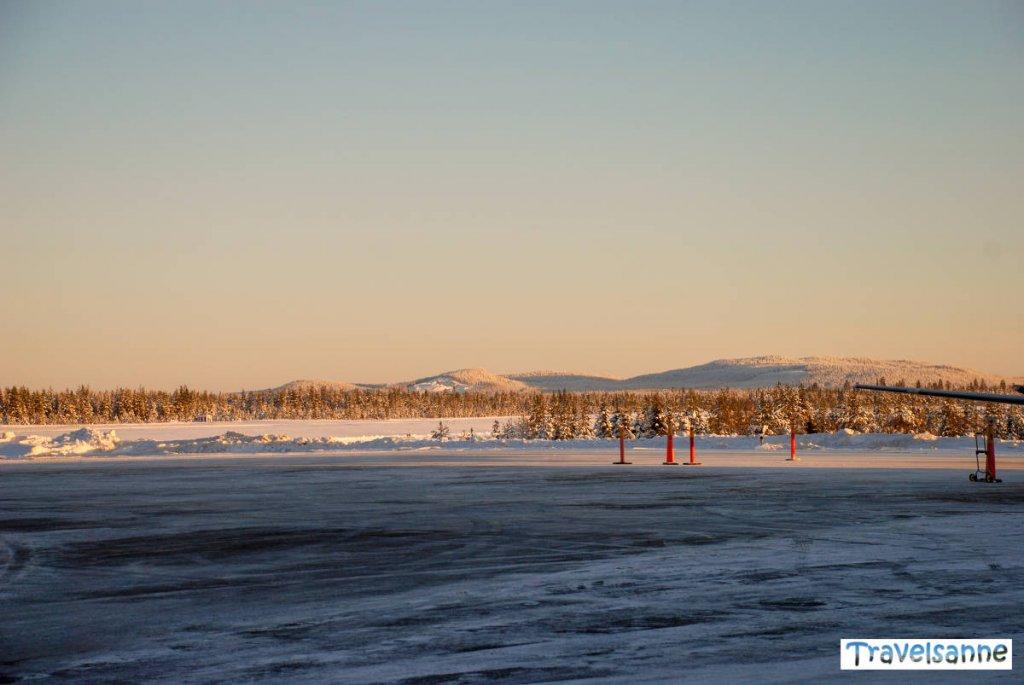 Ankunft am vereisten Flughafen in Arvidsjaur in Schwedisch Lappland