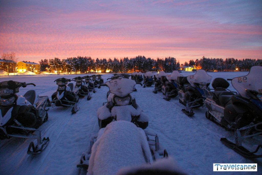 Ein zugefrorener See als Parkplatz für die Schneemobile