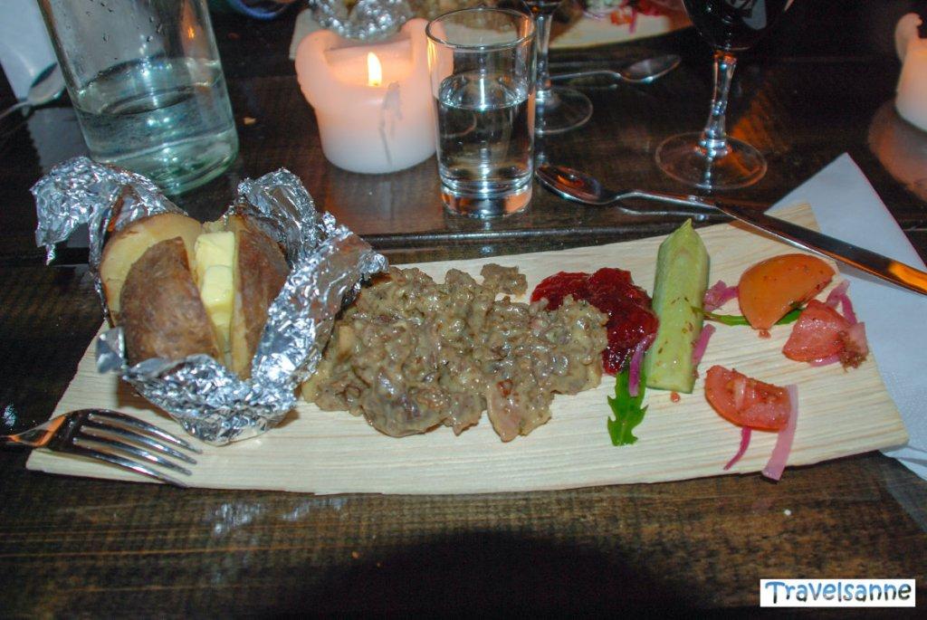 Typisch lappländisches Abendessen in einer Jurte