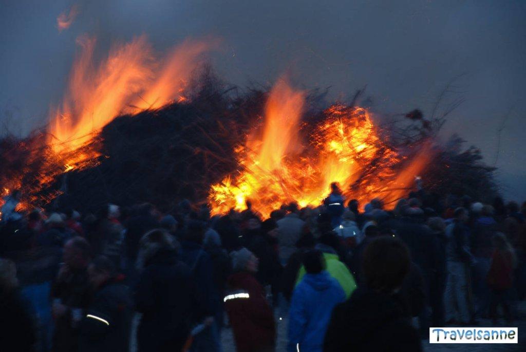Brennendes Osterfeuer auf Norderney