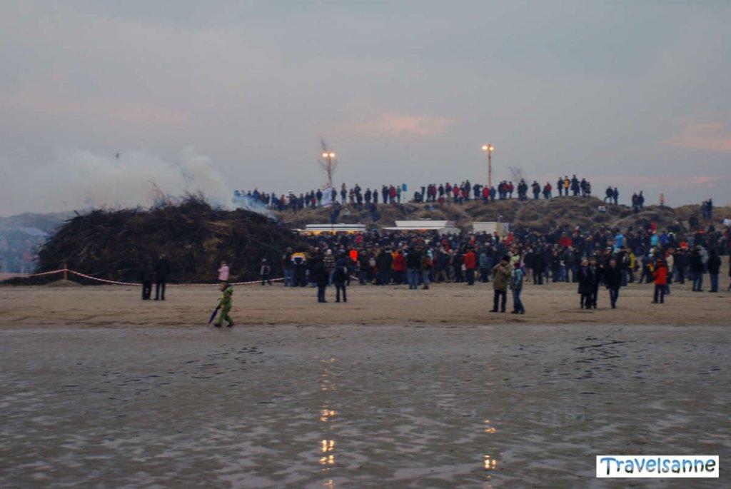 Entzünden des traditionellen Osterfeuers auf Norderney