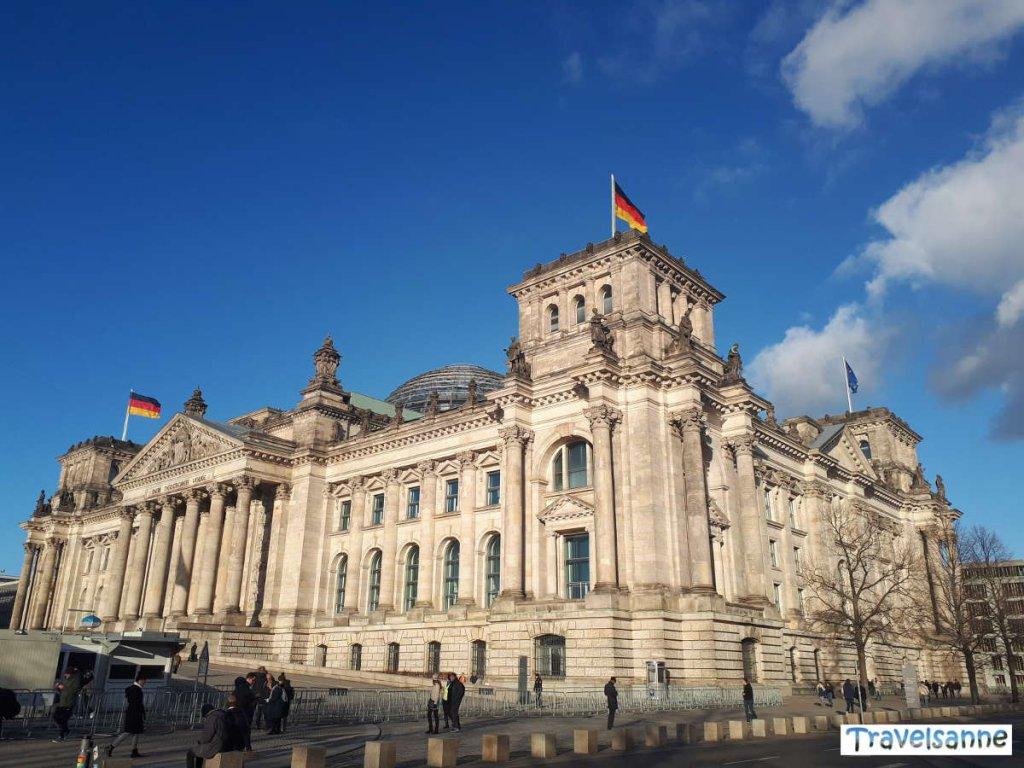 Das altehrwürdige Reichstagsgebäude mit seiner Glaskuppel