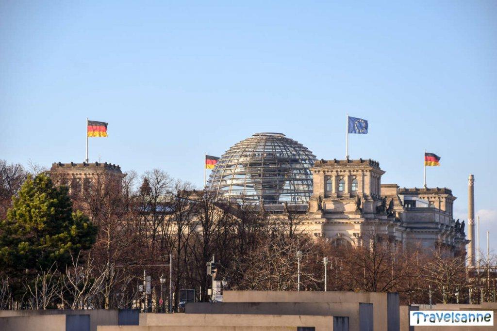 Blick über die Stelen des Holocaust Mahnmals auf das Reichstagsgebäude