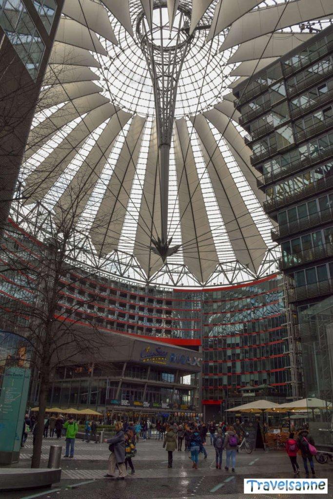 Unter dem Zeltdach des Sony Centers am Potsdamer Platz