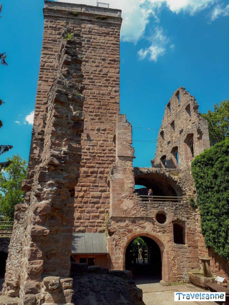Der Bergfried der Ruine Zavelstein im Nordschwarzwald