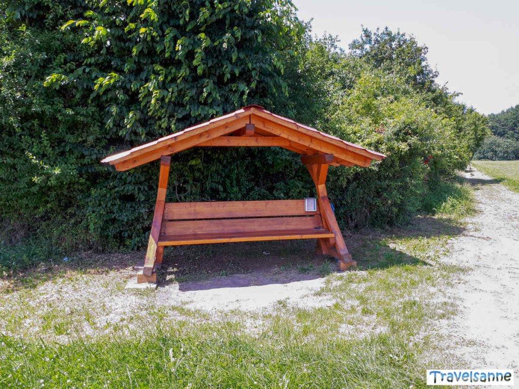 Perfekt für eine kleine Pause: Die überdachte Holzbank bei Sommenhardt