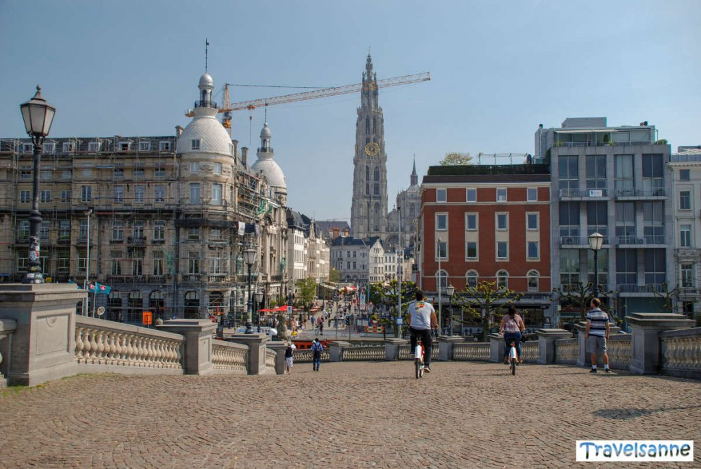 Blick auf die belebte Antwerpener Altstadt