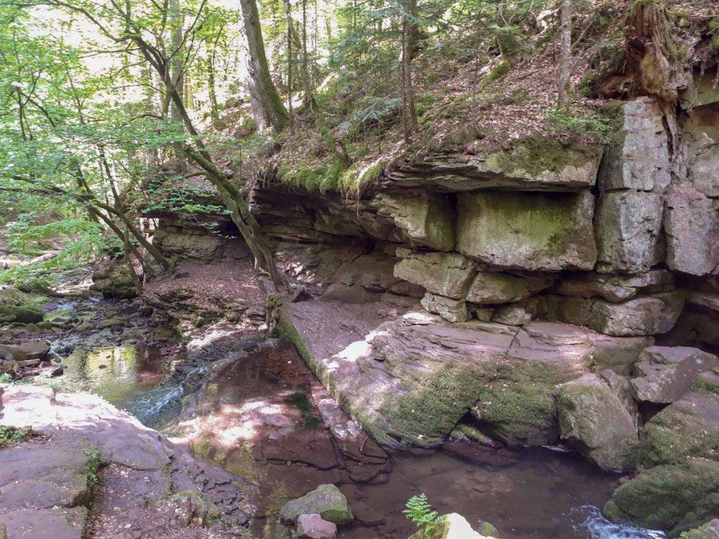 Überhängende Felswände und kleine Wasserfälle in der Monbachtalschlucht