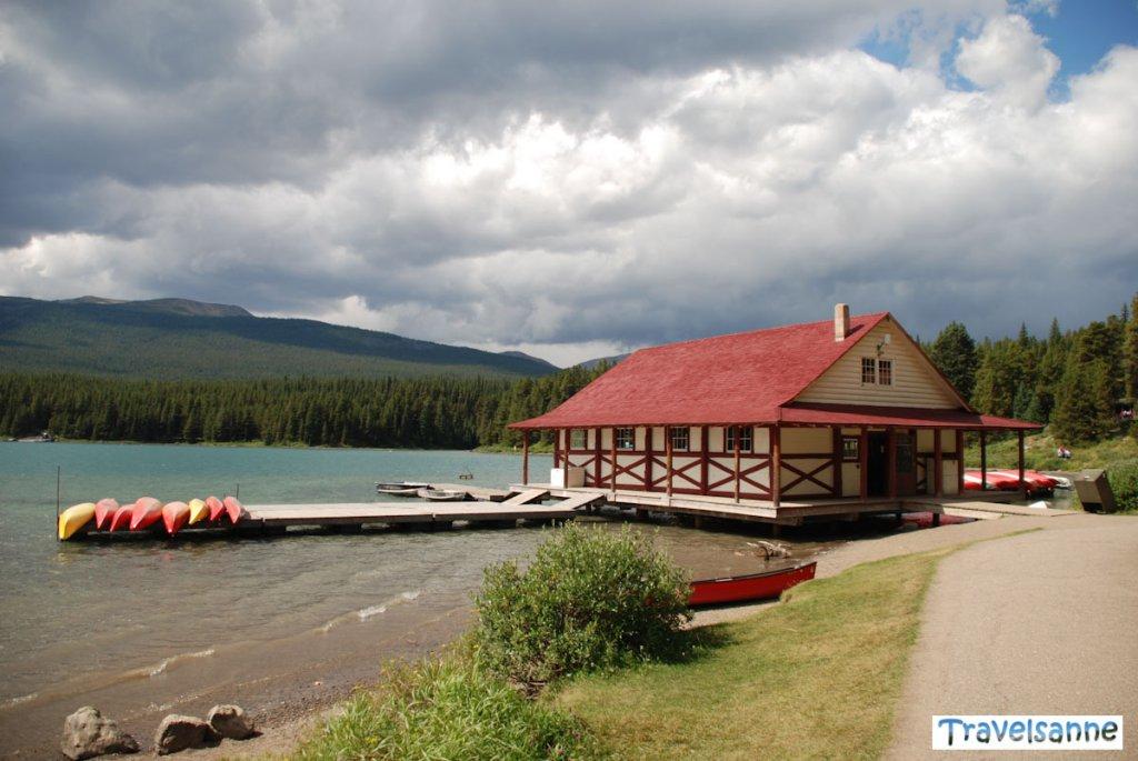 Kanada Guide: Das vielfotografierte Bootshaus am Maligne Lake im Jasper Nationalpark