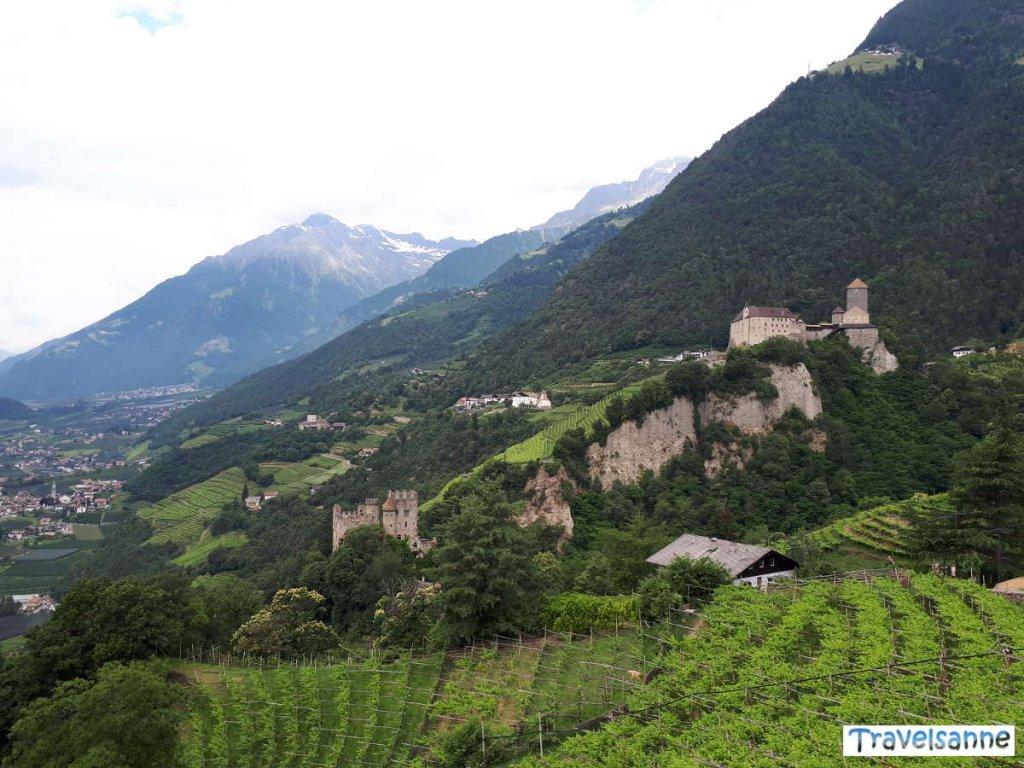Blick auf Schloss Tirol und hinüber nach Schloss Thurnstein
