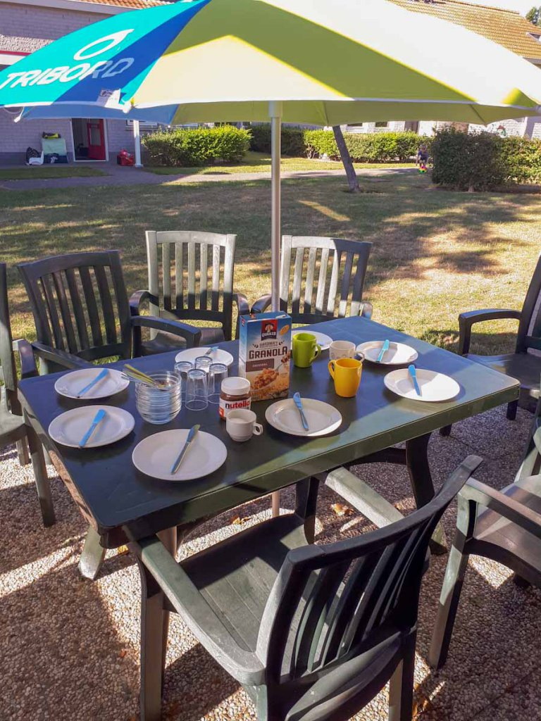 So fängt der Urlaubstag gut an: Frühstück im Garten