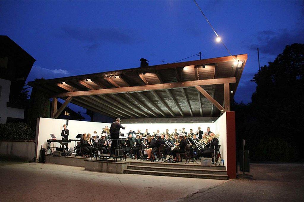 Im Glitzeroutfit beim ersten Konzert in Riffian im Passeiertal