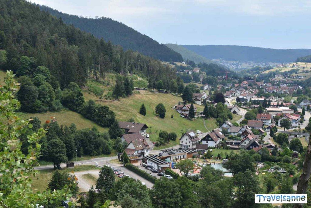Blick von Ruine Tannenfels auf das Naturbad Mitteltal