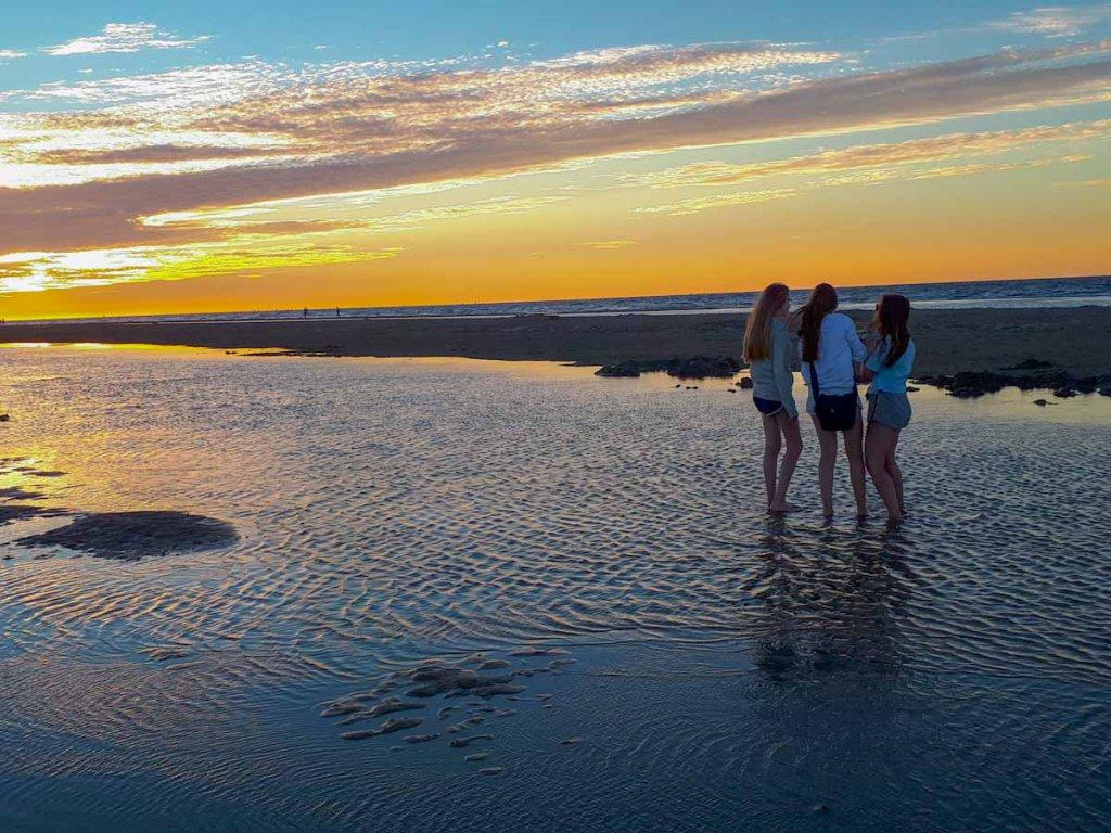 Perfekte Kulisse fürs Fotoshooting der Mädels: der Sonnenuntergang am Strand von Renesse