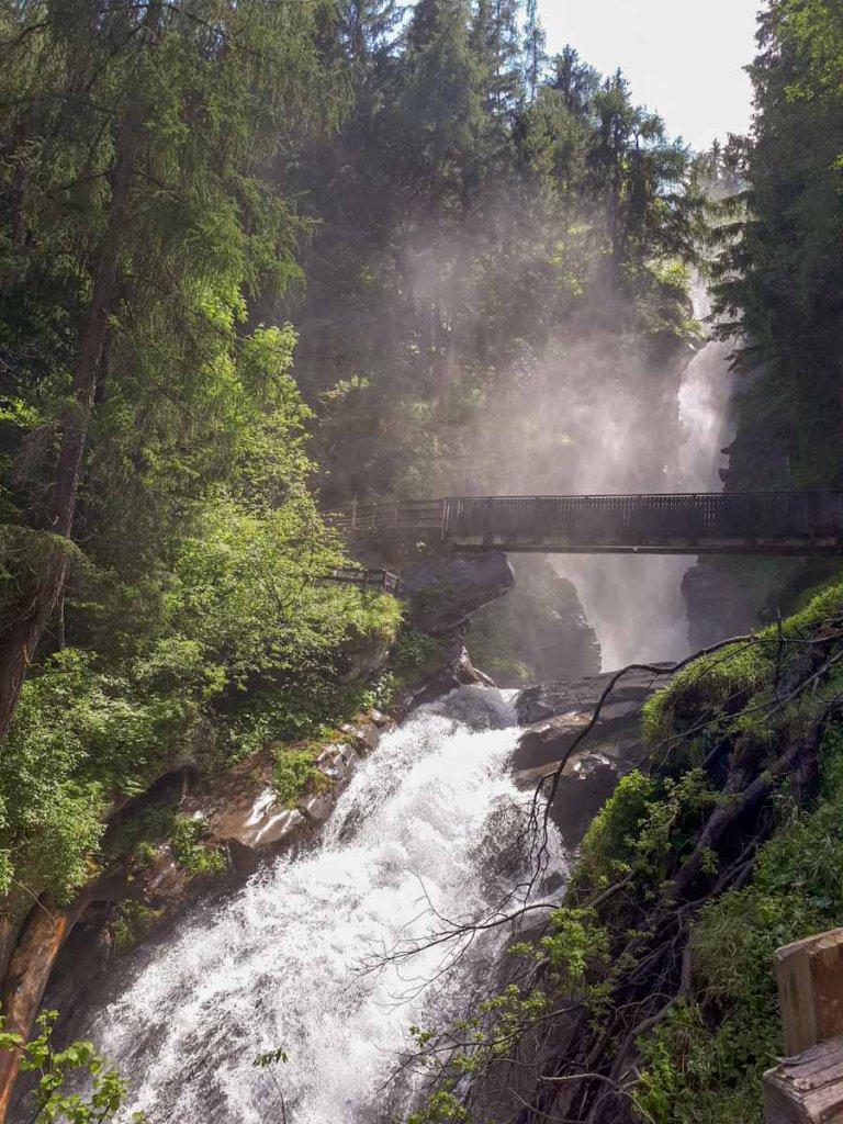Die zwei Kaskaden des gewaltigen Stieber Wasserfalls im Passeiertal
