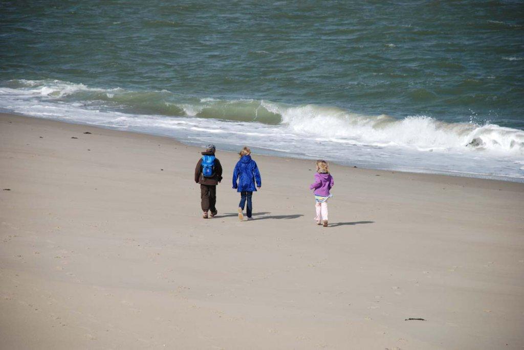 Unsere Kinder beim Strandspaziergang in Zeeland ....