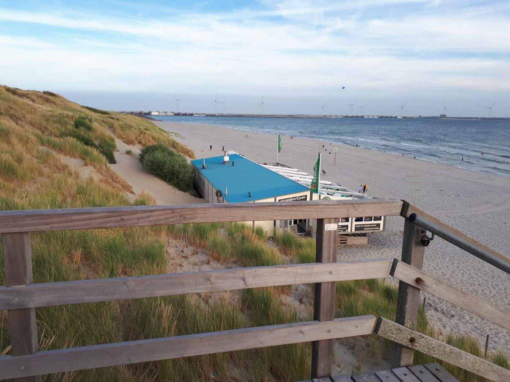 Blick über den Strand von Westenschouven bis hinüber zu den Deltawerken