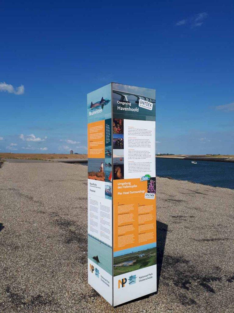 Infotafeln des Nationalparks Oosterschelde mit Lautsprecher für die Laute der Schweinswale